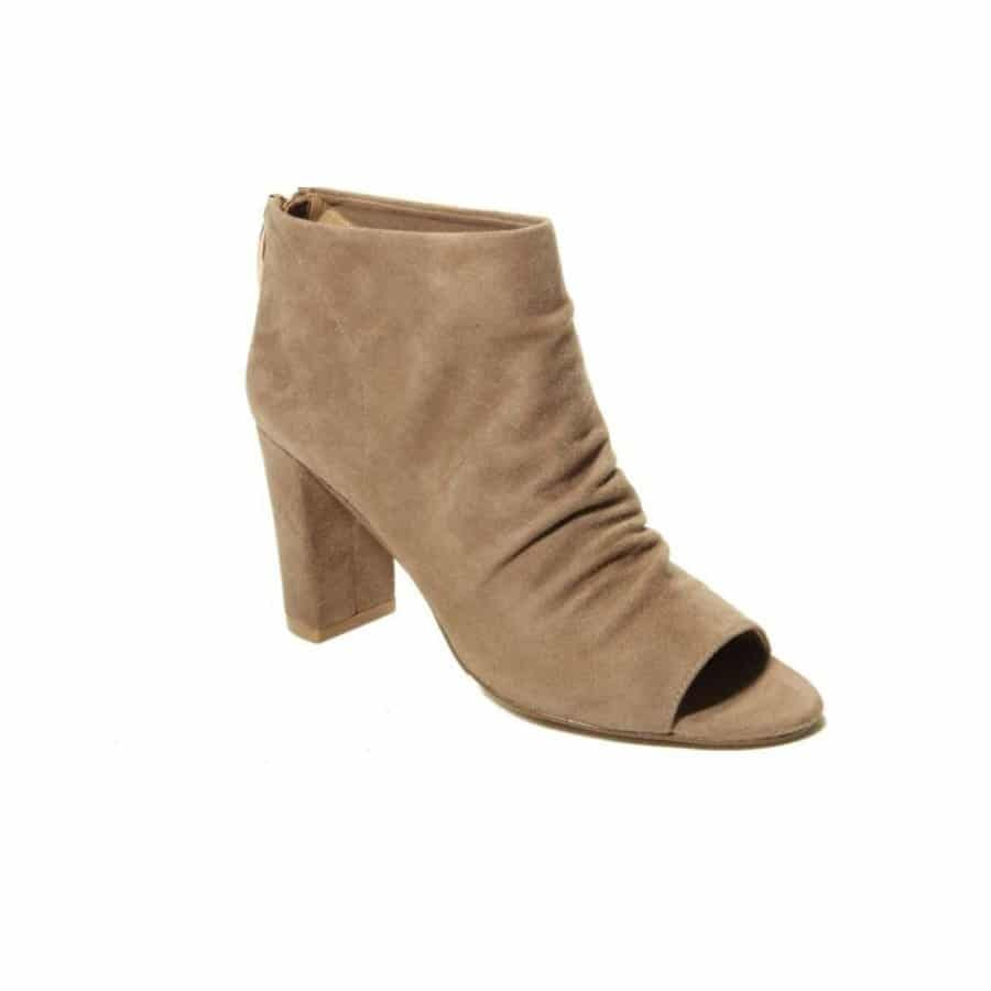 5 Comfortable and Stylish Shoes Perfect for Women Over 40 16